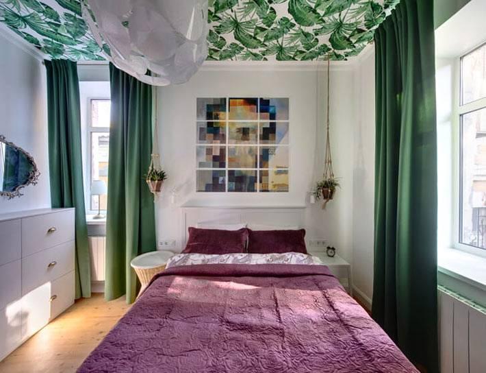 яркая спальня с зеленым потолком и фиолетовым покрывалом