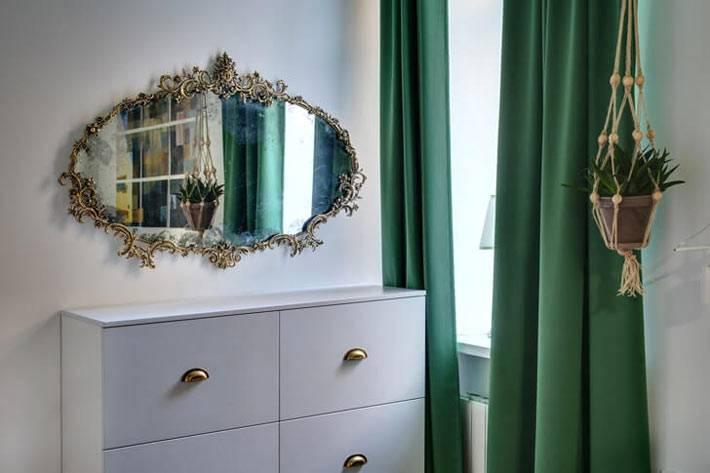 кованая рама для овального зеркала в интерьере спальни