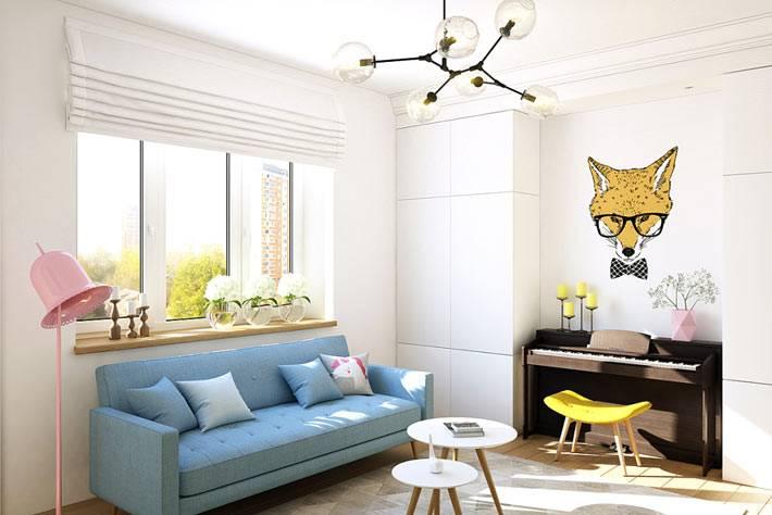 Голубой диван и рояль в белом интерьере комнаты