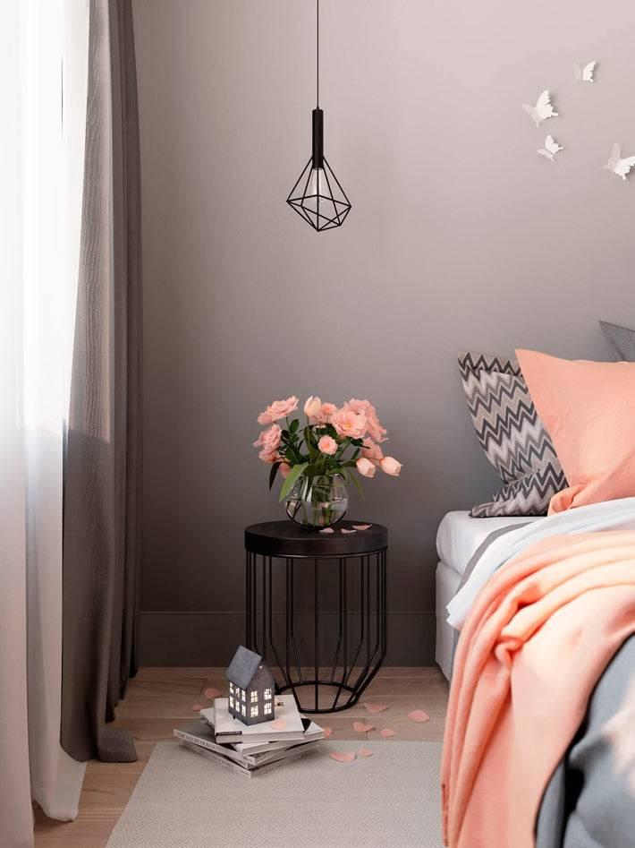 каркасный прикроватный столик и подвесной светильник в спальне