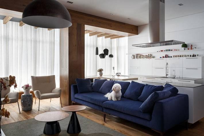Просторная гостиная комната с кухней и столовой зоной в квартире