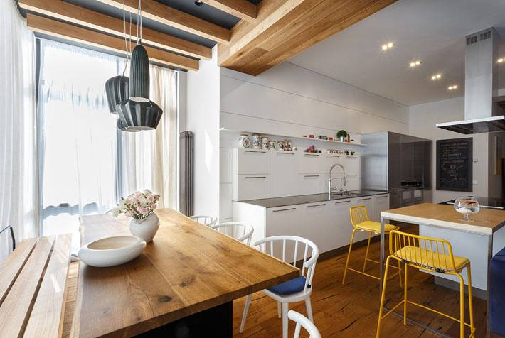 Отдельный обеденный стол в интерьере квартиры-студии фото