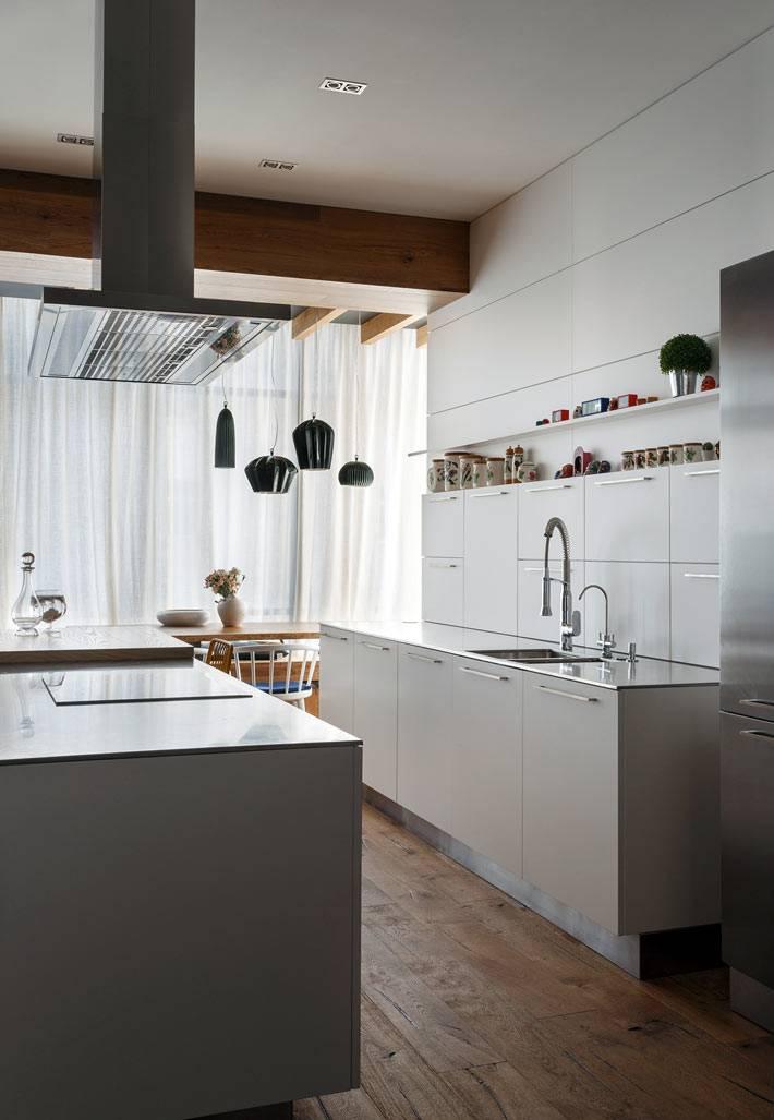 Кухонная мебель белого цвета с островом фото