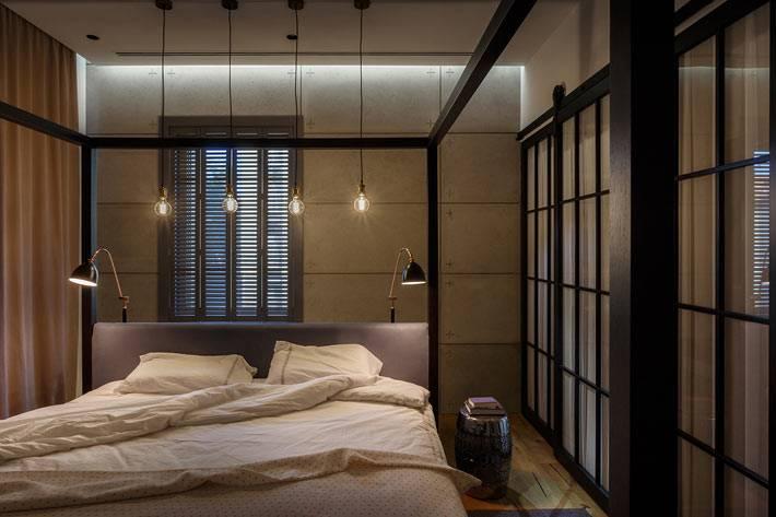 стеклянные перегородки и подвесные лампы в интерьере спальни фото