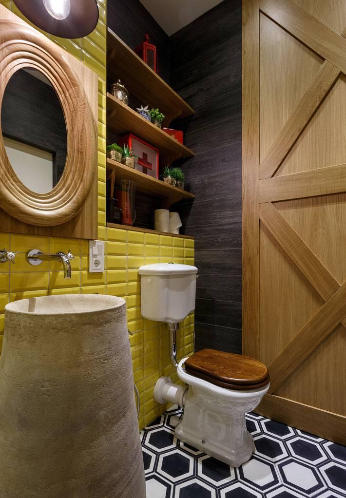 красивое желтое помещение туалета и ванной комнаты