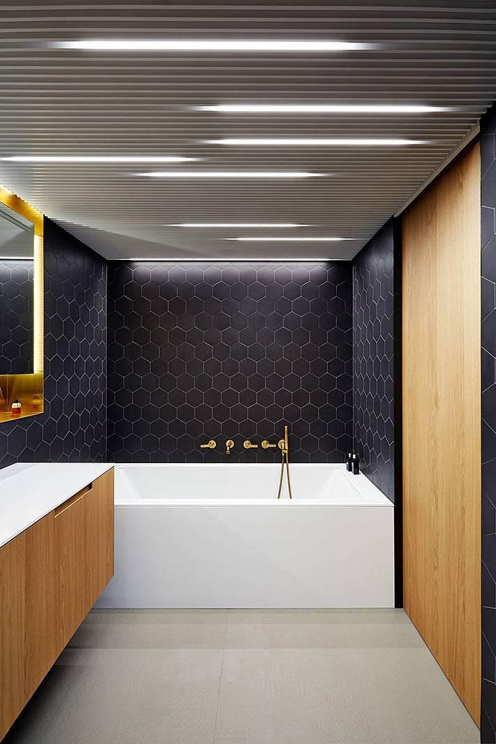 шкафы из светлого дерева в черной ванной комнате
