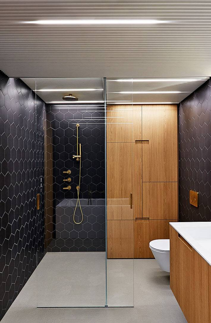 душевая кабина и ванна в одной ванной комнате фото