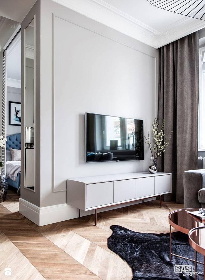 Телевизор с белой тумбой в гостиной комнате фото