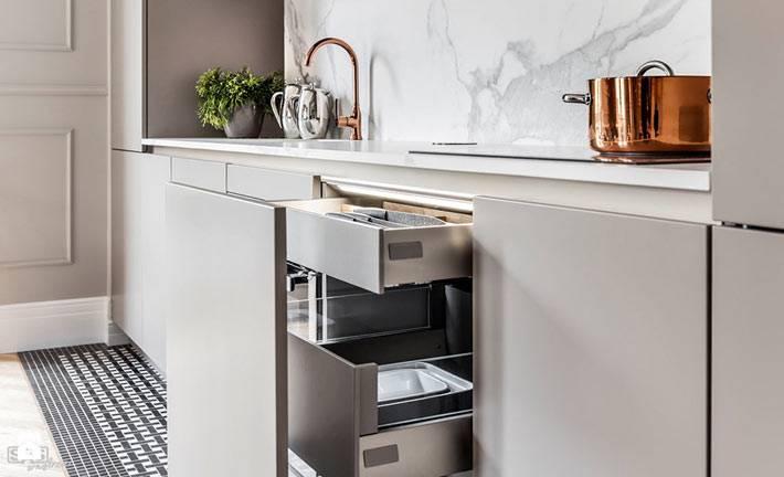 Удобные скрытые ящики на кухне серого цвета фото