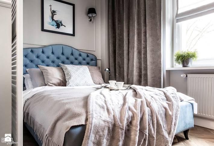 Большая кровать небесного цвета с мягким изголовьем