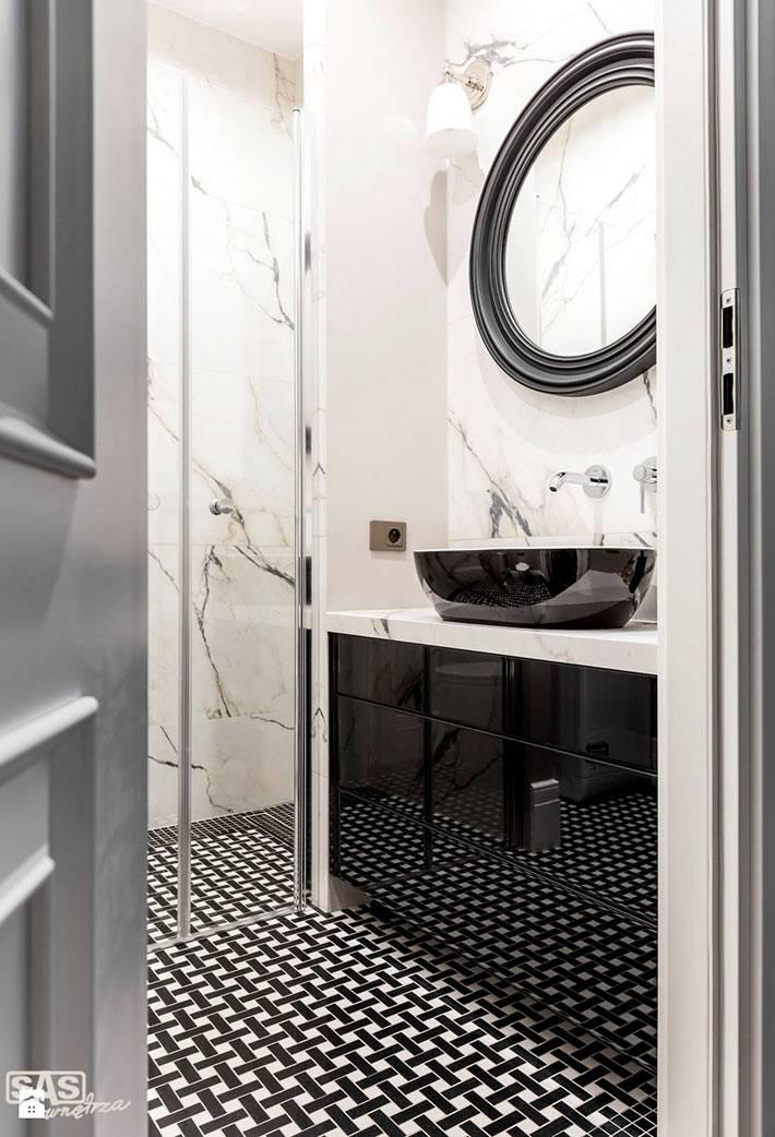 дизайн ванной комнаты с мрамором и черным зеркалом фото