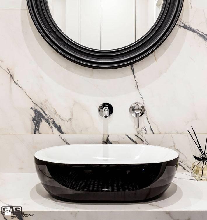 Красивая черно-белая раковина в ванной комнате фото