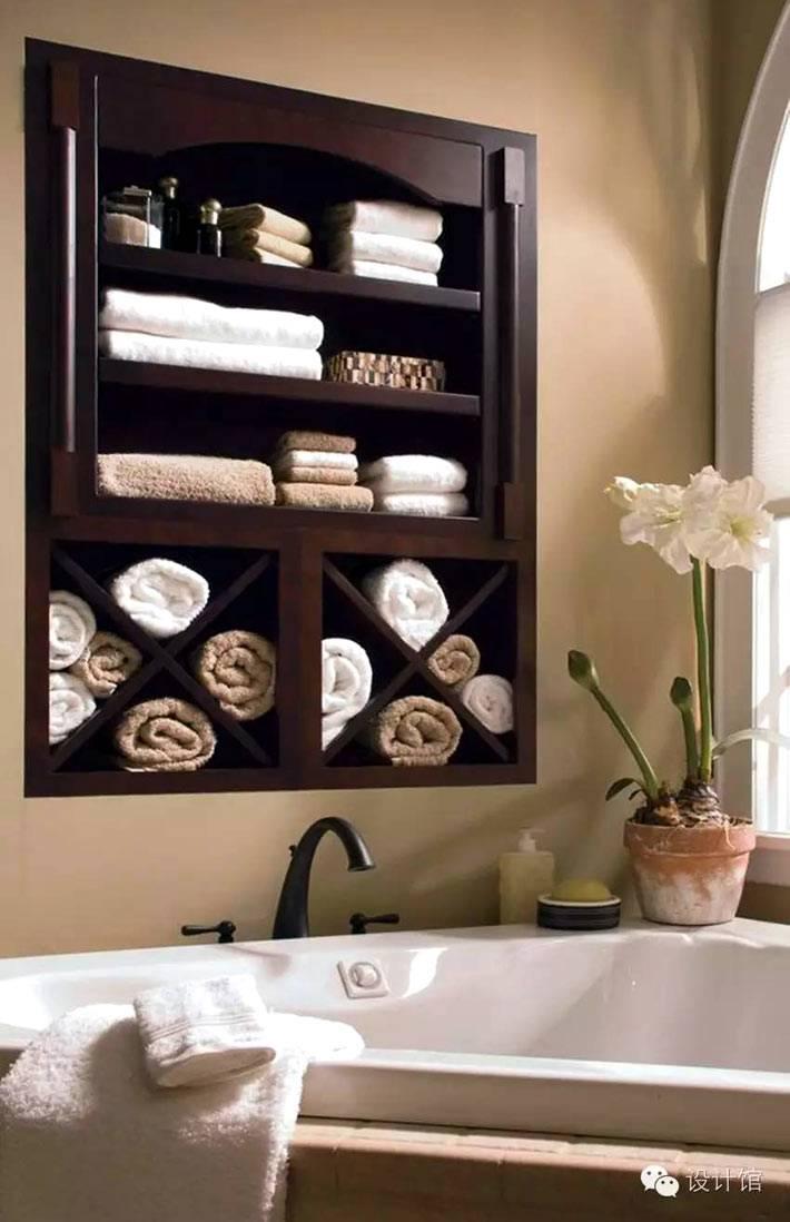 коричневая полка над ванной для хранения полотенец