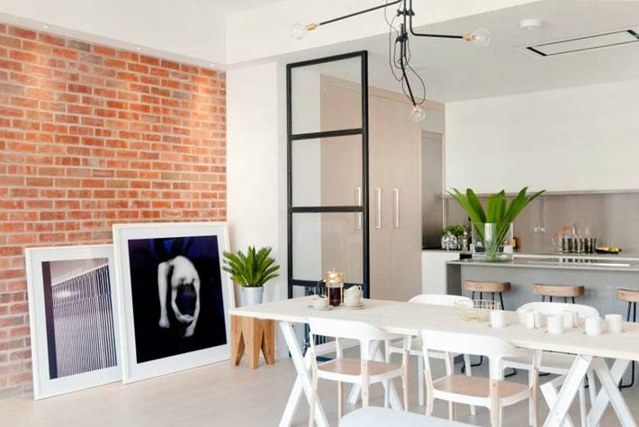 стеклянная перегородка между кухней и гостиной комнатой