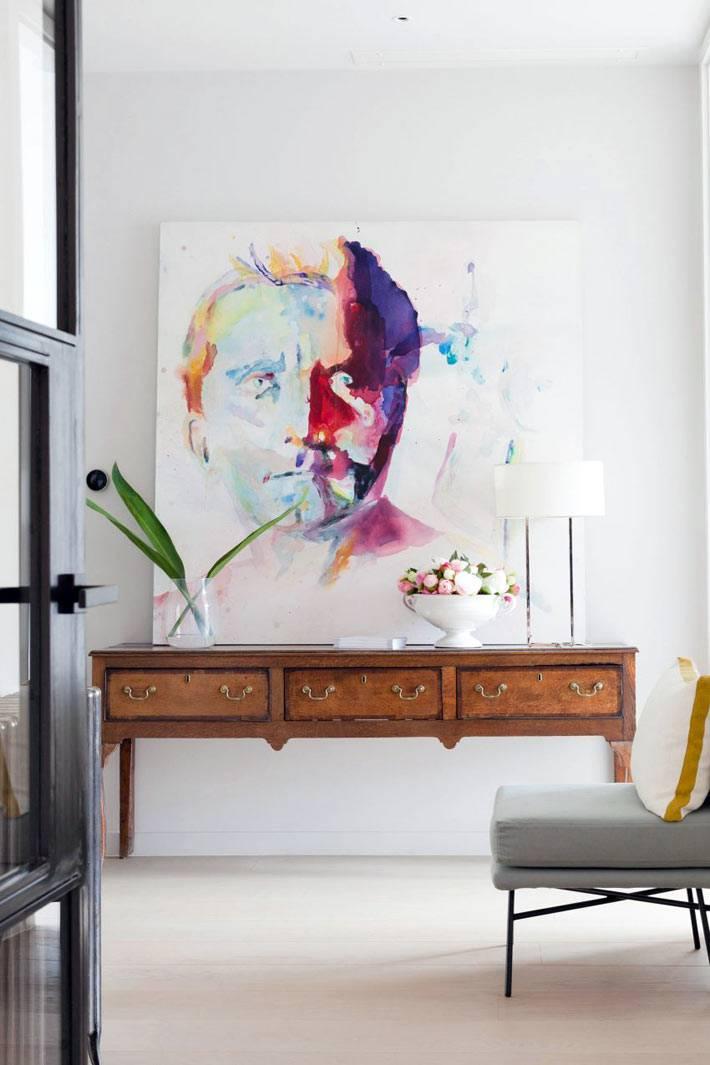 Консольный столик и яркая картина в дизайне квартиры фото