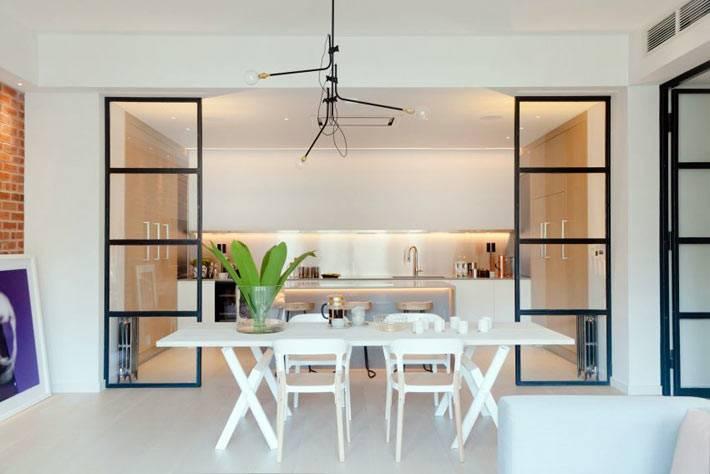 Открытая кухня, отгороженная стеклянными перегородками фото