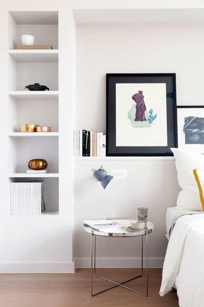 Белые полки в нишах в дизайне интерьера спальни фото