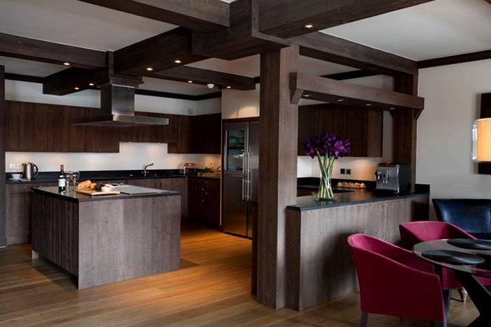 интерьер кухни из темного дерева с балками фото