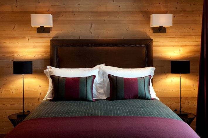 Спальня для гостей с деревянными стенами фото