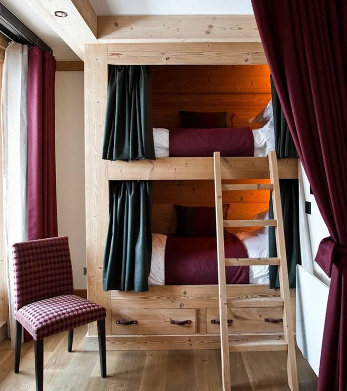 Двухярусная деревянная кровать в интерьере детской комнаты фото