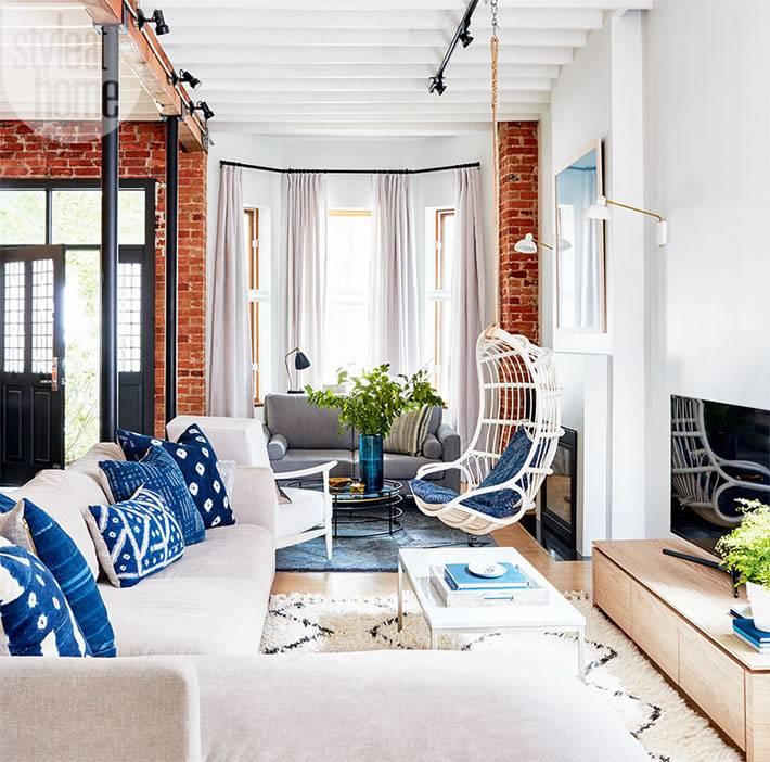 кирпичные стены и подвесное кресло в доме фото
