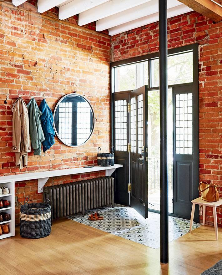 Кирпичные стены в интерьере прихожей дома фото