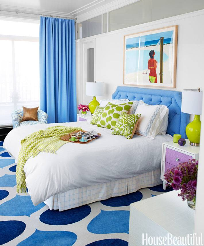 Яркий голубой цвет для красивой спальни фото