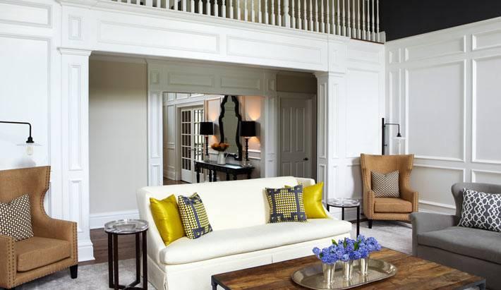 Белые деревянные панели на стенах гостиной комнаты фото