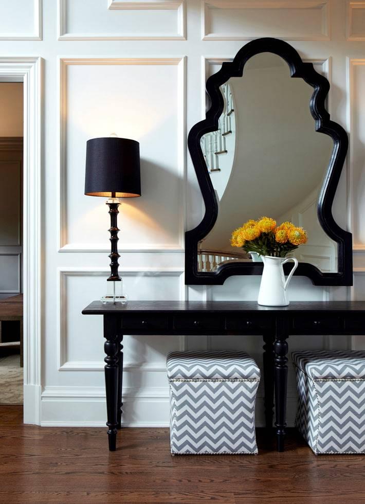 фигурное зеркало в черной раме и черная консоль фото