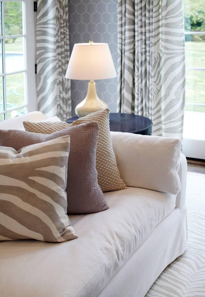 приглушенные цвета в текстиле гостиной комнаты