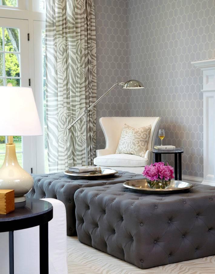 белое кресло с торшером в интерьере комнаты для чтения