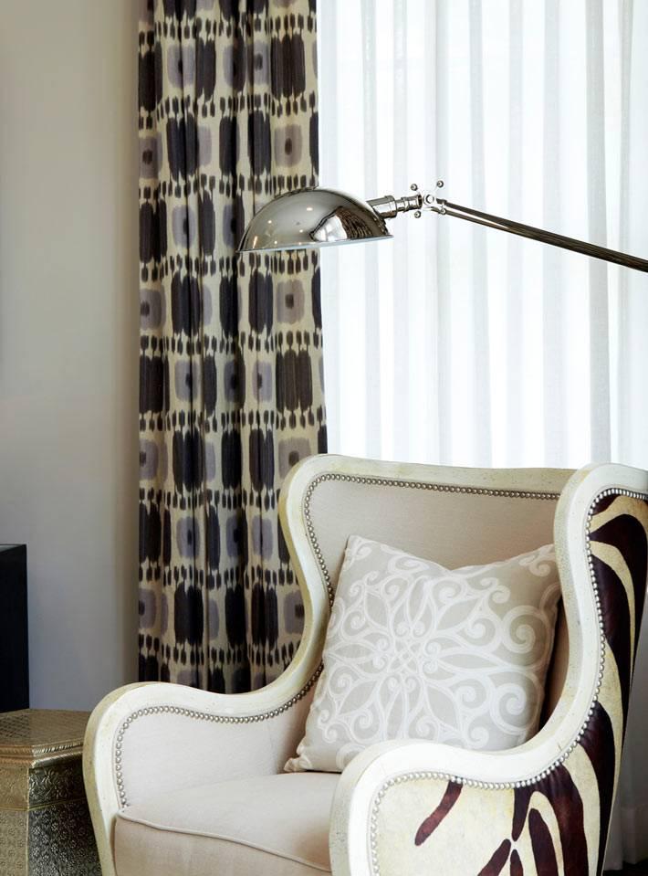 неоклассика мягкой мебели и современный торшер