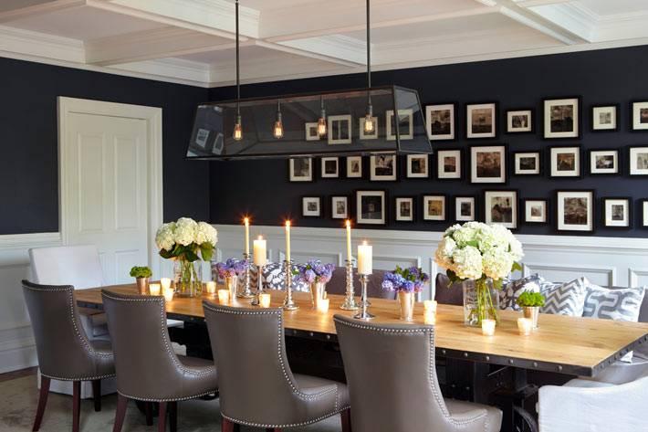 на стене в красивой столой комнате повесили семейные фото