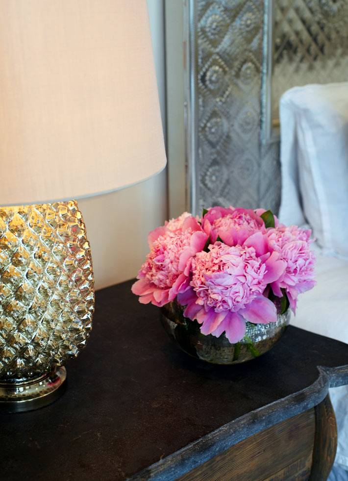 Декор и букет пионов на прикроватном столике в спальне фото