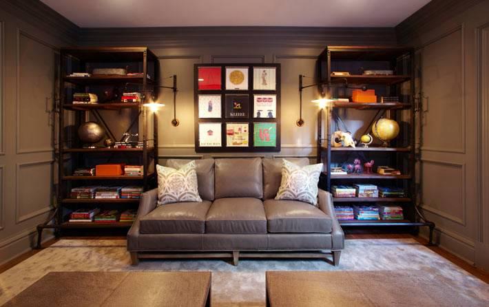 Два открытых шкафа возле дивана в рабочем кабинете фото