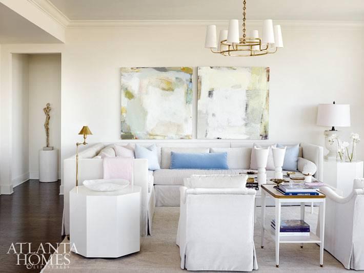 Белый цвет гостиной комнаты с пастельным декором