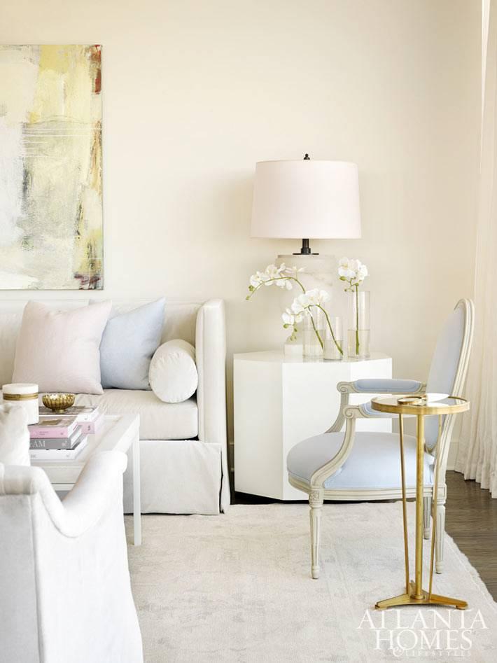 красивое бледно-голубое кресло в белой гостиной