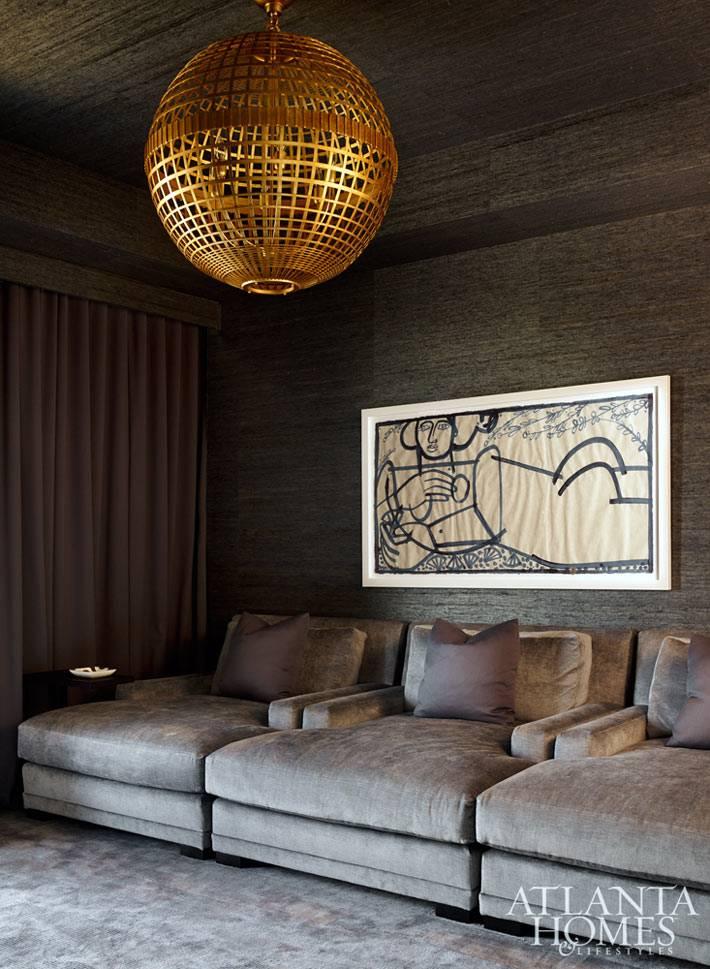 золотая люстра-шар в интерьере комнаты с темными стенами