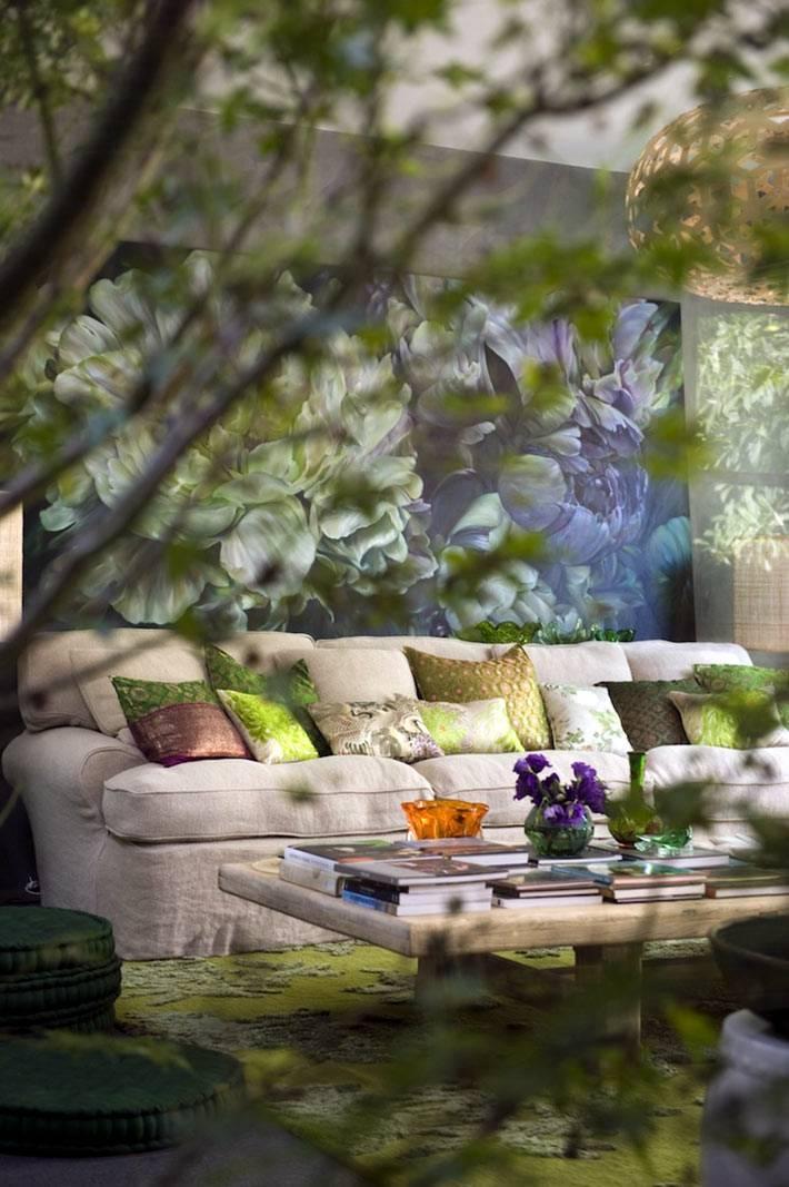 картины с цветами повсюду по всему дому фото