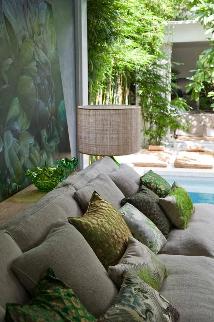 Диванные подушки продолжают цветовую гамму интерьера