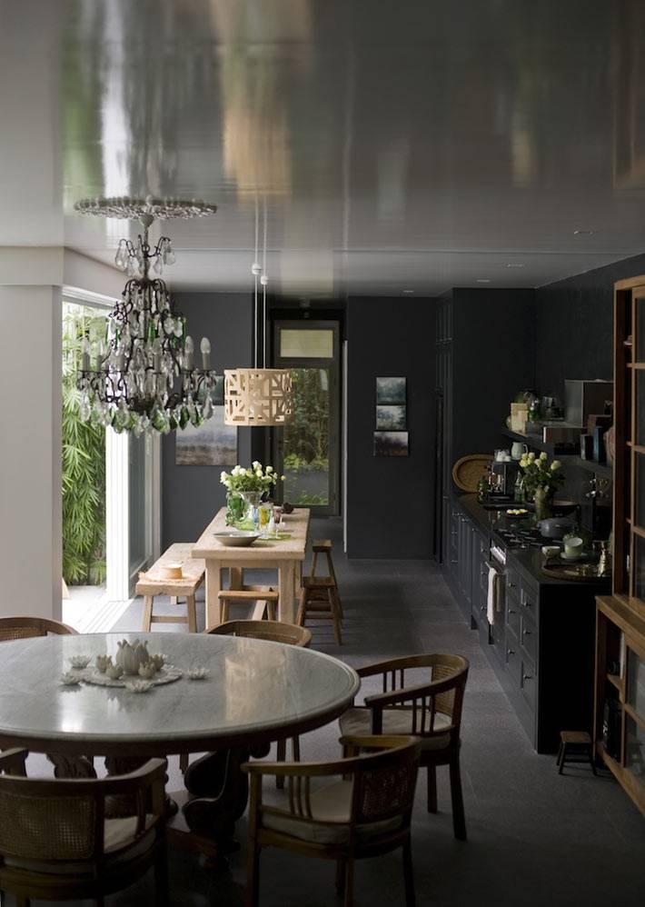 интерьер кухни черного цвета с хрустальной люстрой
