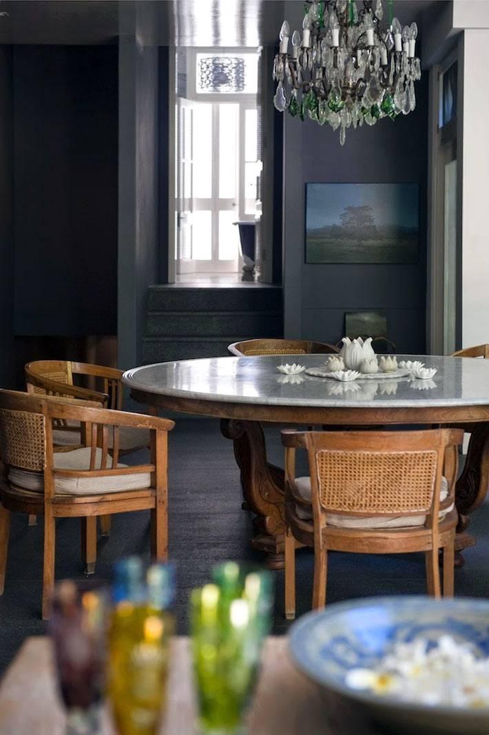 черные стены на кухне с большим окном фото
