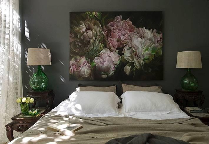 картина с пионами на фоне черной стены в спальне фото