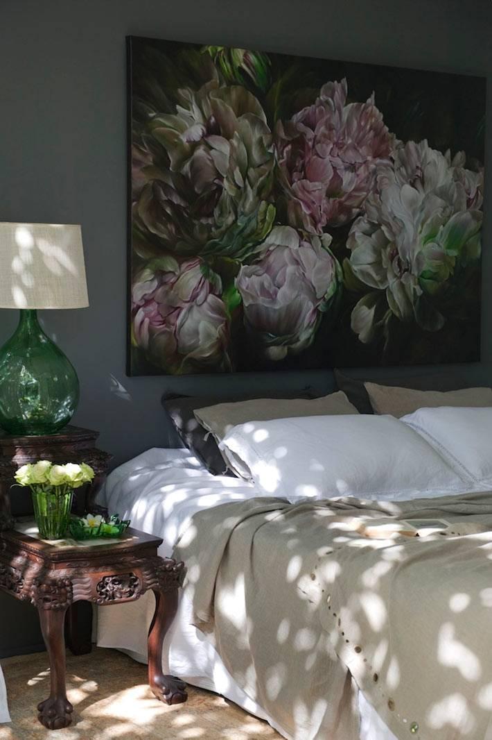 сочетание черных стен и цветов в дизайне спальной комнаты фото