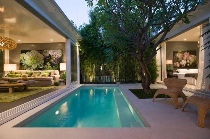 небольшой бассейн во дворе дома художницы в Австралии