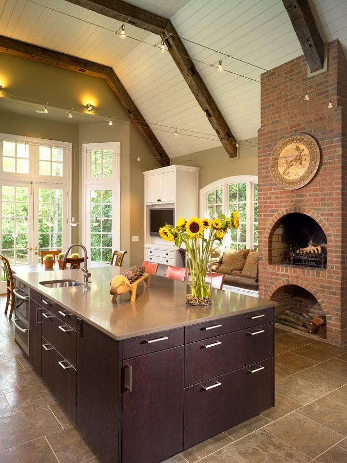Отдельностоящий камин из кирпича в интерьере кухни фото