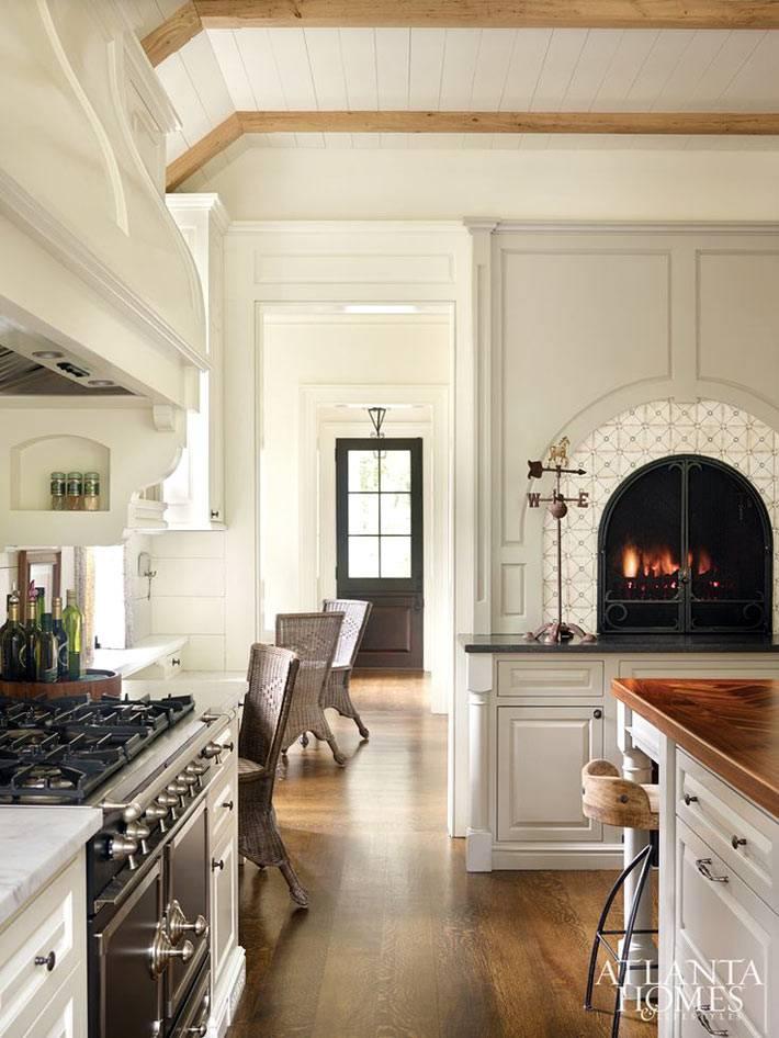 Красивый камин с арочными дверцами в интерьере кухни фото