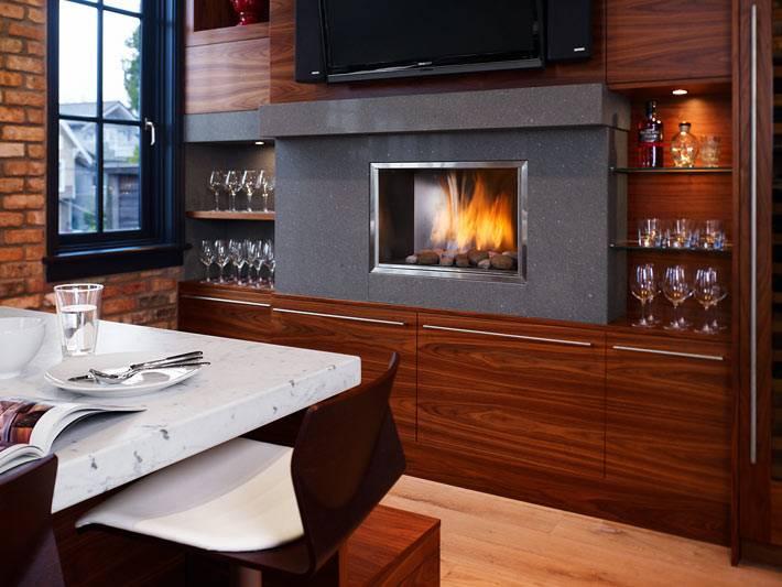 Кухня из темного дерева со встроенным камином фото
