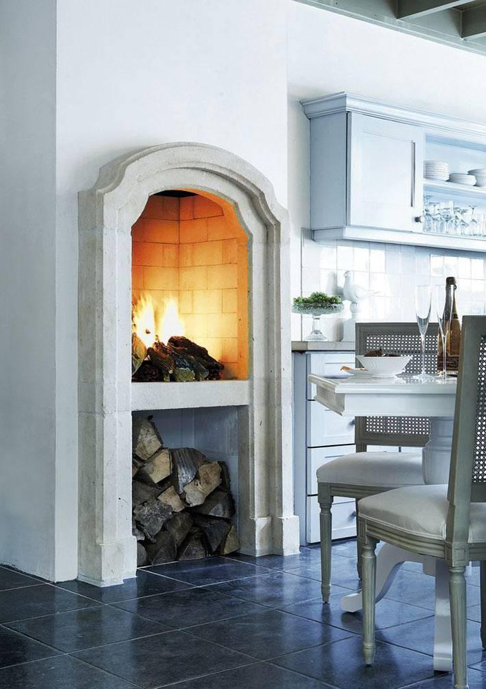 камин и место для дров на кухне в доме фото