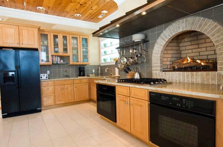 камин встроен в стену на кухне над столешницей фото